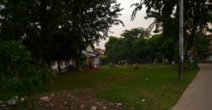 suasana taman komplek di depan rumah kami, kotor dan penuh batu