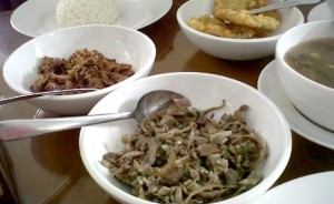 Ini menu Lunch tadi... Masakan Manado... :)