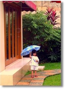 berpayung di tengah kucuran hujan