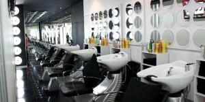 Tempat cuci rambut, full kaca seperti sisi lain Salon
