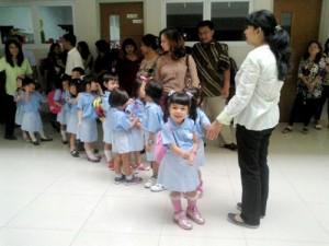 Hari pertama sekolah, berbaris dulu sebelum masuk kelas (foto dikirim via MMS dr nanny-nya)