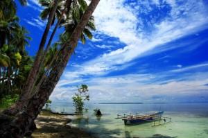 Ini bukan foto pantai di dekat rumah, tp satu pantailah di Biak. Saya pinjam gambar ini dari beingindonesian.tumblr.com