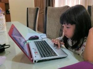 karena ga ada foto saya di depan laptop, foto vay saja deh :)