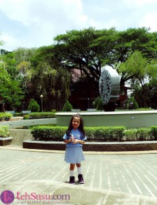 Sebelum pulang, berfoto dulu di tamannya FE - UI...