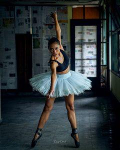Rutin latihan balet membantu membentuk tubuh lebih bagus dan kencang.