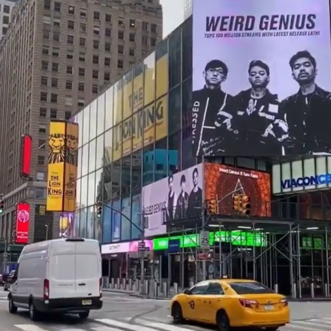 Poster Weird Genius di Time Square New York